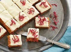 Hvis du synes rødbedekage lyder lidt for skørt, så bør du altså prøve denne opskrift. Rødbederne gør nemlig kagen ekstra svampet og giver en rigtig flot farve. Pisk en fløjlsblød creme og pynt med knasende kandiseret rødbede.