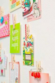 Beplak knijpers met Masking Tape waaraan je kaarten, foto's of tekeningen kunt ophangen. Met poster buddies kun je de knijpers dan aan de muur bevestigen. lief! lifestyle | Stick masking tape on clothes pins and attach those to the wall. Now you can hang up your cards and photos. lief! lifestyle