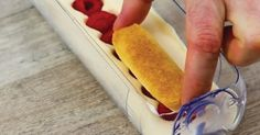 Recorta una parte de dos botellas de plástico: El Tiramisu que hace es lo más bueno del mundo!!