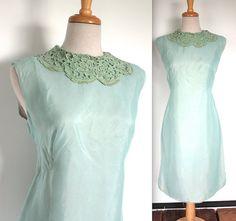 Jahrgang 1960 Seafoam Chiffon shift Kleid mit Spitzen-Kragen Salbei grün häkeln! Schönes Kleid für Spring Tea Parties!  MASSE:  Passt wie eine