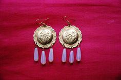 """Boucles d'oreille """"Aurore"""" : estampes gravées rondes métal couleur doré perles gouttes verre rose opaline attaches : Boucles d'oreille par lericheattirail"""