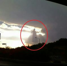 Can You Find the Disturbing Detail In This Photo? Ghost Pictures, Angel Pictures, Jesus Pictures, Jesus Christ Images, Jesus Art, Angel Clouds, Sky And Clouds, Dark Photography, Creative Photography
