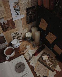 Aesthetic Vintage, Book Aesthetic, Aesthetic Bedroom, Aesthetic Pictures, Aesthetic Black, Aesthetic Painting, Fotografia Retro, Wallpaper Backgrounds, Wallpaper Desktop