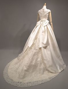 ミカドシルクのウエディングドレス(プリンセスライン・Aライン レンタル) ラ・クチュール ヨシエ