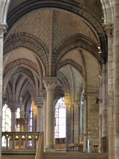 004-EARLY GOTHIC, France - The ambulatory of St-Denis, near Paris (1140-44), remodeled by Suger. Suger used of ribbed vaults and chevettes in the design of ambulatory (was not new at that time) then, he replaced the heavy partition walls with columns which was a new invention in the design of the ambulatory.