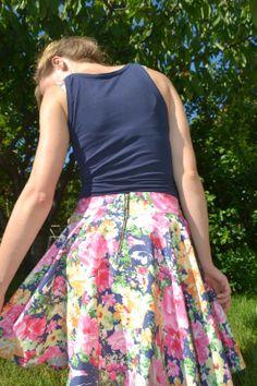 Spódnica w kwiaty w ogrodzie