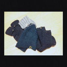 """Nikolausi 2014 Dieses Jahr haben wir die süßen Sachen für uns alle auf den Tisch frei gegeben und es gab nur selbst gemachte Socken und Mützen für die """"Männer """". Ich habe außer Münzen, diesmal kleine besondere Anhänger für die Socken verwendet. Das peppt die Handarbeiten noch mal etwas auf ;-)"""