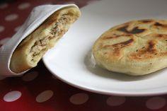 """Pancakes salées (blog Beau à la louche) ✔ (Recette testée : Une idée excellente. De multiples variantes possibles selon vos goûts et votre imagination. Attention lors de la confection : une fois la garniture (froide!) placée, ramenez les bords avec précaution mais sans réaliser un """"amas de pâte"""" au centre : l'épaisseur doit être égale sur toute la surface des pancakes pour éviter l'effet """"pâte cuite autour, crue au centre"""") ✔"""