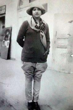 سيدة الغناء العربي ام كلثوم عام 1924 في زي الفروسية