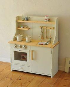 夫婦で日々家具を制作しています。アンティークが好き、ナチュラルが好き、白い物が好き・・・そんな思いを手作りの家具に詰め込んでいます。お仕事日記をスローペースで綴っています。 Diy Kids Kitchen, Mud Kitchen, Wooden Kitchen, Kitchen Dishes, Cardboard Kitchen, Cardboard Toys, Ikea Duktig, Barbie House, Wood Toys