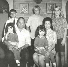 loretta and oliver (Dolittle) with children patsy, jack benny, betty sue, peggy, ernest. Not sure where cissie is? Country Music Artists, Country Music Stars, Country Singers, Loretta Lynn Children, Christine Jones, Jack Benny, Hollywood Pictures, Music Beats