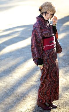 kimononagoya:   beautiful waving stripes of red, pink and grey on black give a great texture to this kimono and the simple obi counterpoints...