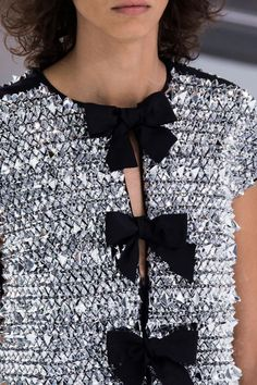 View all the detailed photos of the Chanel spring / summer 2016 showing at Paris fashion week. Couture Details, Fashion Details, Look Fashion, Fashion Design, High Fashion, Chanel Couture, Chanel Fashion, Runway Fashion, Womens Fashion