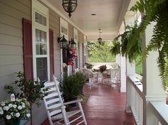 wrap around front porch ideas | As samambaias e vasos de plantas , tornam esta varanda estreita bem ...