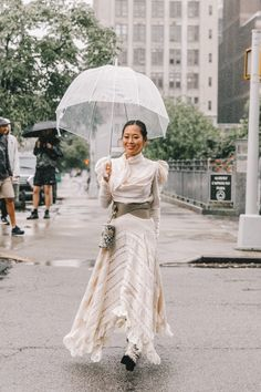 Spring Summer 2019 Street Style from New York Fashion Week by Collage Vintage Modest Summer Fashion, Chic Summer Outfits, Summer Fashion For Teens, Spring Fashion Outfits, New York Fashion Week Street Style, Nyfw Street Style, Ny Fashion Week, Street Style Summer, Women's Fashion