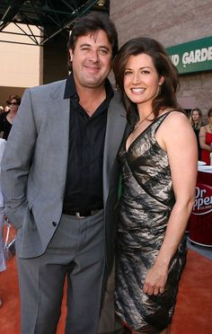 Amy Grant Photos - Country music artist Vince Gill (L) and wife musician Amy Grant pose at the Annual Academy Of Country Music Awards held at the MGM Grand Garden Arena on May 2006 in Las Vegas, Nevada. - Annual Academy Of Country Music Awards - Arrivals Christian Music Artists, Christian Singers, Country Music Awards, Country Music Artists, Country Western Singers, Amy Grant, Contemporary Christian Music, Vince Gill, Memphis May Fire