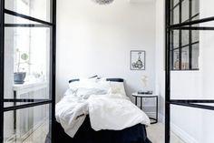Compact wonen met zwarte stalen deuren in de slaapkamer ❥