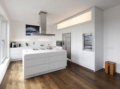 Lacquered kitchen with island with integrated handles LINEARE by Plan W | Werkstatt für Räume design Ulrich P. Weinkath