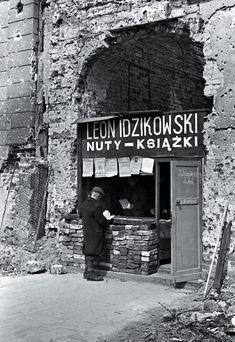 Bookstore in the ruined by Warsaw Photo: Karol Szczeciński - Poland - Warszawa (Warsaw), 1945 Poland Ww2, Germany Poland, Old Photos, Vintage Photos, Poland People, Old Street, European Destination, Historical Images, Pictures Of People