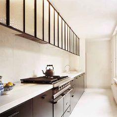 Une élégance rare pour cette cuisine dépouillée / Une cuisine noire et blanche tout en longueur entre tradition et modernité