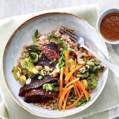 Recette de bols bifteck et farro Valeur Nutritive, Nutrition, Ethnic Recipes, Food, Al Dente, Green Onions, Brussels Sprouts, Tasty Food Recipes, Main Course Dishes
