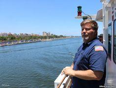 El ingeniero jefe Tim Olsen observa La Habana Vieja desde el barco Nancy Foster.