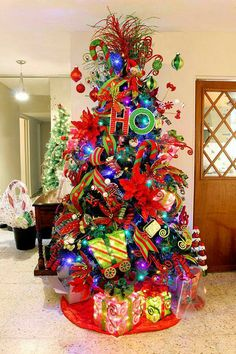 Best Christmas tree decor ideas & inspirations for 2019 - Hike n Dip Make your Christmas decorations special with the best Christmas tree decor ideas. These inspiring Christmas trees are the perfect decor for the holidays. Whimsical Christmas Trees, Grinch Christmas Decorations, Beautiful Christmas Trees, Noel Christmas, Christmas Themes, Christmas Wreaths, Christmas Cactus, Simple Christmas, White Christmas