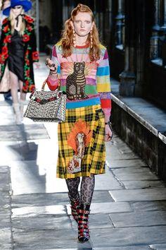 Guarda la sfilata di moda Gucci a Londra e scopri la collezione di abiti e accessori per la stagione Pre-collezioni Primavera Estate 2017.