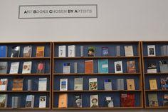 """Si inititola """"Art books chosen by artist"""" e, per realizzarla, l'artista toscano Luca Pancrazzi ha chiesto aiuto a dieci colleghi (Renata Boero,"""