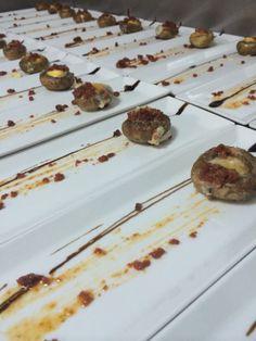 Preparación de los platos de Champiñón relleno de huevo de codorniz con chistorra y queso