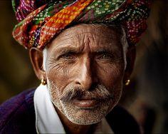 Jatira, Rajastani musician, Pushkar Camel Fair via Alberto Mateo We Are The World, People Around The World, Robert Doisneau, Pretty People, Beautiful People, Old Faces, Vivian Maier, Eye Photography, Interesting Faces
