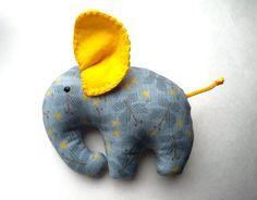Evde dikiş dikmeyi sevenler için çok güzel bir model hazırladık. Oyuncak fil yapımı yapıyoruz. Keçe fil modelleri olarak da yapabilirsiniz. Üzeri desenli ç