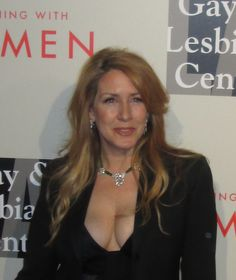 UMMM, Joely Fisher is looking quite well in Does Carrie Fisher know about… Joely Fisher, Anna Kendrick, Carrie Fisher, Famous Women, Sexy Women, Singer, Actresses, Faces, Entertainment