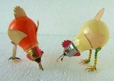 Bombillas convertidas en pollos decorativos.