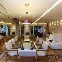 A residência com décor assinado pelo escritório Sesso&Dalanezi Arquitetura + Design recebe antiguidades do acervo dos proprietários e peças em estilo contemporâneo, conferindo um visual elegante e repleto de personalidade.