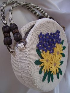 Crochet: How to make a beautiful purse with flower decoration.Outstanding Crochet: How to make a beautiful purse with flower decoration. Crochet Handbags, Crochet Purses, Crochet Bags, Knit Crochet, Beaded Crochet, Crochet Motifs, Crochet Patterns, Crochet Machine, Crochet Hook Set