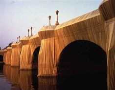 CHRISTO » Le Pont Neuf à Paris emballé . 1985