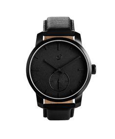 VD Black Leather von Gaxs ist komplett matt Schwarz. Eine geheimnisvolle, aber dennoch edle Uhr, die zum täglichen Outfit passt.  <strong>Uhrwerk:</strong> Hochwertiges Quartz Uhrwerk  <strong>Gehäuse:</strong> 40 mm Gehäuse aus Edelstahl in matt Schwarz <strong>Armband:</strong> Elegantes Armband aus Leder in Schwarz