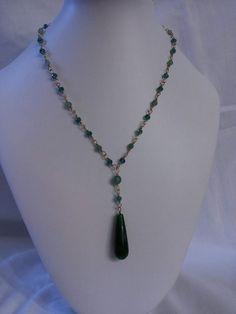 Collana fatta a mano. Goccia di agata smeraldo, avventurina e cristalli. Handmade necklace with emerald agate drop, avventurine and crystals.