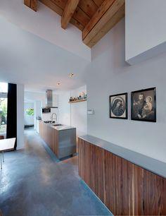 Woonhuis s'-Hertogenbosch www.burokoek.nl/ Stucwerk- Houten plafond - Beton vloer - Keuken blad - Rvs  - Wand meubel - Keuken ontwerp - Contrast - Architectonisch