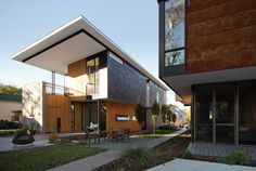 Compact Modern Duo / The Raleigh Architecture Co..