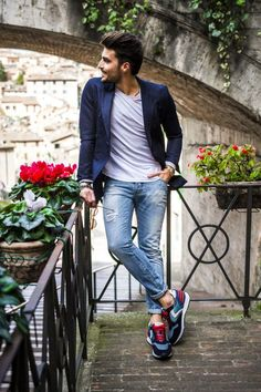 Good to be blue - Voile Blanche - MDV Style Blue Sneakers Outfit, Outfit Jeans, Blue Blazer Outfit Men, Mode Masculine, Casual Blazer, Men Casual, Smart Casual, Blazer And T Shirt, Mdv Style