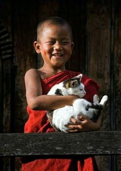 Smiling young Buddhist Monk and his Cat❤️ Mais Precious Children, Beautiful Children, Happy Children, Beautiful Smile, I Smile, Make Me Smile, Little Buddha, Photo Chat, Cat People