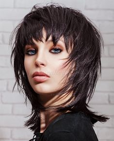 női frizurák félhosszú hajból - lépcsőzetesen vágott félhosszú frizura