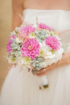 Bukiet ślubny z różowymi daliami i sukulentami.