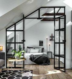 chambre-mansardée-parquet-en-bois-linge-de-lit-en-blanc-et-gris-peinture-murale-blanche-poutres-apparentes-luminaires-design-verrière