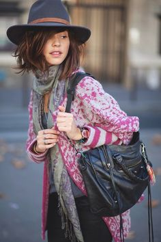 Check out balenciaga bag looks from real people around the world. Fall Winter Outfits, Autumn Winter Fashion, Fall Fashion, Urban Outfitters Hats, Boho Fashion, Fashion Outfits, Balenciaga Bag, Mode Boho, Zara
