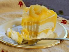 Frozen Lemon Meringue Cake I seem to be on a bit of a lemon kick, lately. To be more specific, a frozen lemon dessert kick. I recently posted a down-home family fave, a Frozen Lemonade Pie, and now I'm posting this mor… Merengue Cake, Lemon Meringue Cake, Meringue Frosting, Meringue Desserts, Frozen Desserts, Lemon Curd, Lemon Dessert Recipes, Delicious Desserts, Cake Recipes