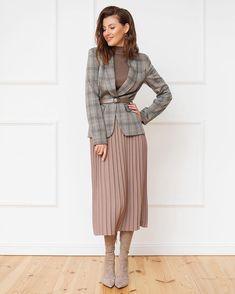 Este posibil ca imaginea să conţină: unul sau mai mulţi oameni şi oameni î. Office Fashion, Work Fashion, Modest Fashion, Trendy Fashion, Fashion Looks, Womens Fashion, Street Fashion, 80s Fashion, Fashion Vintage