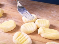Gnocchi are small, fine and easy to make. In our small cooking school we reveal how you can easily make gnocchi yourself. Fall Soup Recipes, Pumpkin Recipes, Pasta Recipes, Sicilian Recipes, Greek Recipes, Making Gnocchi, Romanian Food, India Food, Wonder Woman